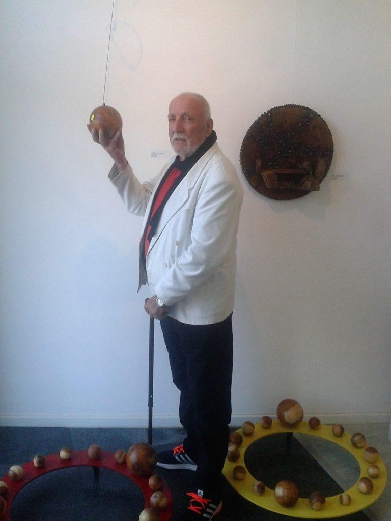 """Mali podrum-atelje za velike skulpture      Petijević je po starini iz Stare Ercegovine, rođen daleke 1933. godine kod Trebinja kada je spominjani stari Pino Grasi sa majstorima klesao svoje karijatide i kamene Atlase. Jovo živi u beogradskom soliterskom stanu sa višečlanom porodicom, gde u malom podrumu delje drvene trupce i izvaljene panjeve u maštoviti, topli novi svet... U šali kaže da mu je """"atelje"""" mali za njegove velike skulpture. Posle stote samostalne izložbe po zemlji i svetu više ih i ne broji. Po ritmu izvedenih radova u prostoru izazivao je samo zavist i negodovanja akademskih kolega po dletu i čekiću, jer on, penzionisani nastavnik fizičke kulture, nema ta visoka zvanja... Njegove diplome su spomen obeležje Đaku pešaku u Krepoljinu, Putujućem glumcu u Skadarliji, Oda hrastu i Ptice sunca u Košutnjaku, Sveta Petka u Vrdniku (u kamenu), Ovan i Sova mudrosti u Balkanskoj ulici, Kralj i kraljica na Rtnju i druge drvene rukotvorine, čime se Jova zauvek popeo na umetnički Olimp skulptora svoga naroda."""