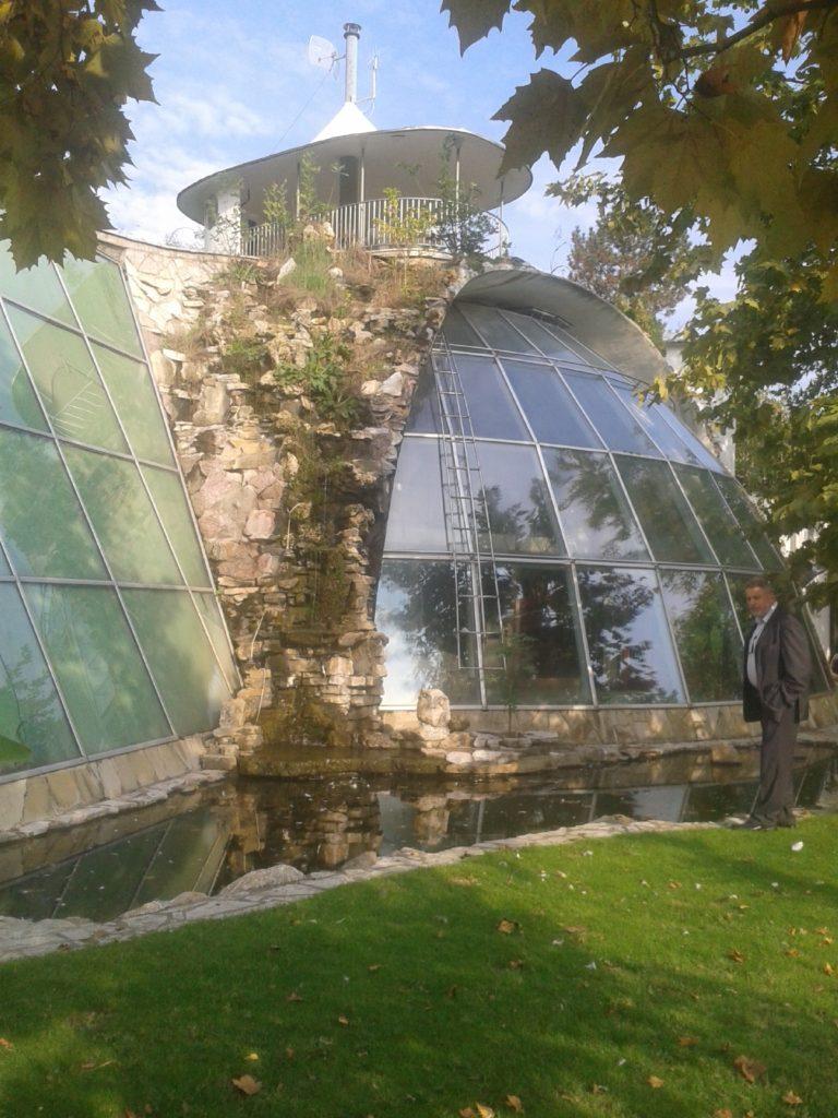 Milinković ispred solarne kuće/ Foto L. S.