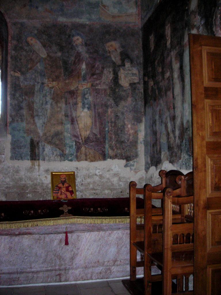 Porodični mauzolej Još u vreme izgradnje manastir je planiran i uobličen kao porodična grobnica i mesto sahrane za najodanije ljude kralju Stefanu Urošu I. Pored kralja u manastiru su sahranjeni i njegova majka, kraljica Ana Dandolo, arhiepiskop Joanikije I, zatim prvi iguman manastira i knez Đorđe, mlađi Vukanov sin.