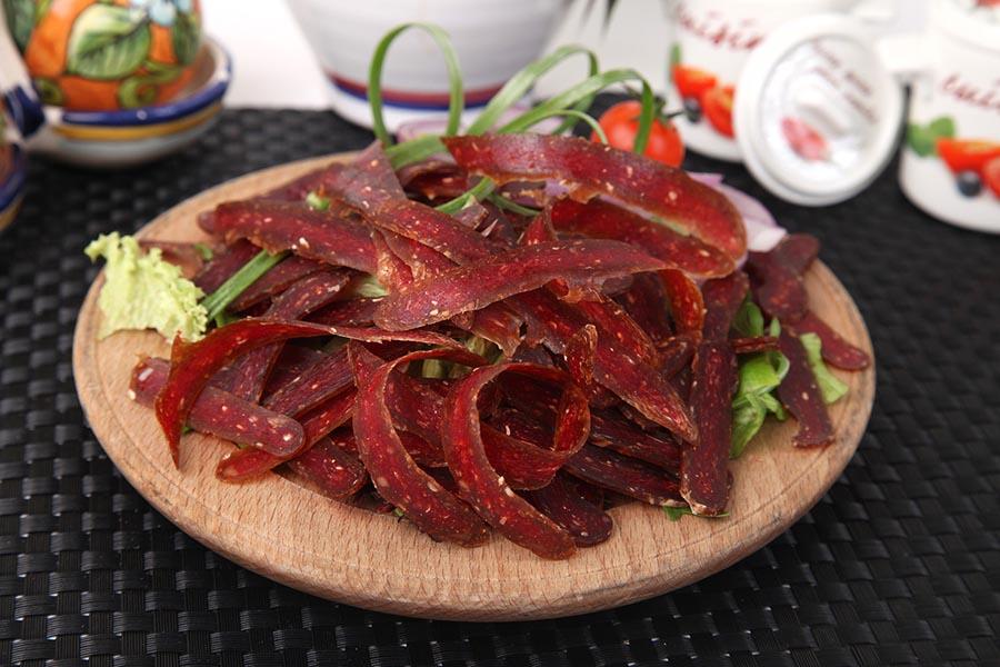 Tanjir pirotske peglane kobasice u restoranu Lorenzo & Kakalamba