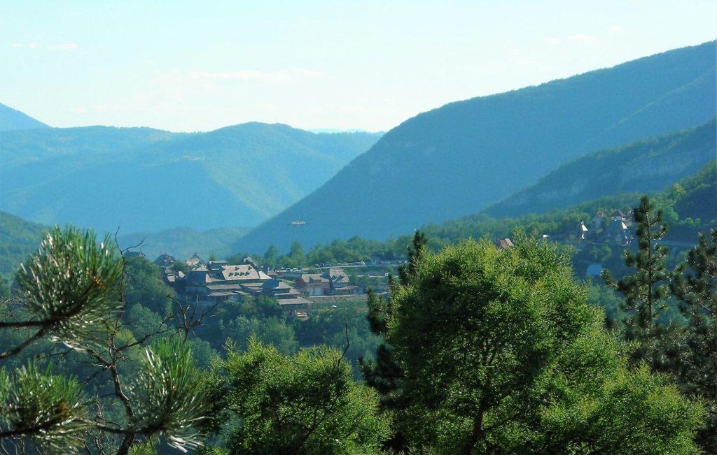 """Pogled na Mećavnik i Etno selo """"Drvengrad"""" Emira Kusturice (Foto S. L. / JST)"""