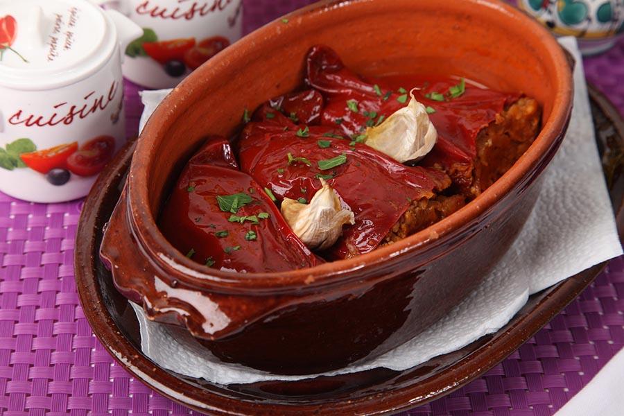 Šušpe Recept: Vrednim rukama nanizati crvene paprike na predivne nize i njima ukrasiti fasadu kuće, balkon ili ulazna vrata. Ostaviti da se crvene ogrlice od paprika polako suše i poprime tamno crvenu nijansu. Sačekati zimske mesece pa osušenu papriku napuniti mlevenim mesom, pa zapeći u rerni. Ili jednostavno dođite u Lorenzo&Kakalamba i uživajteee !!!