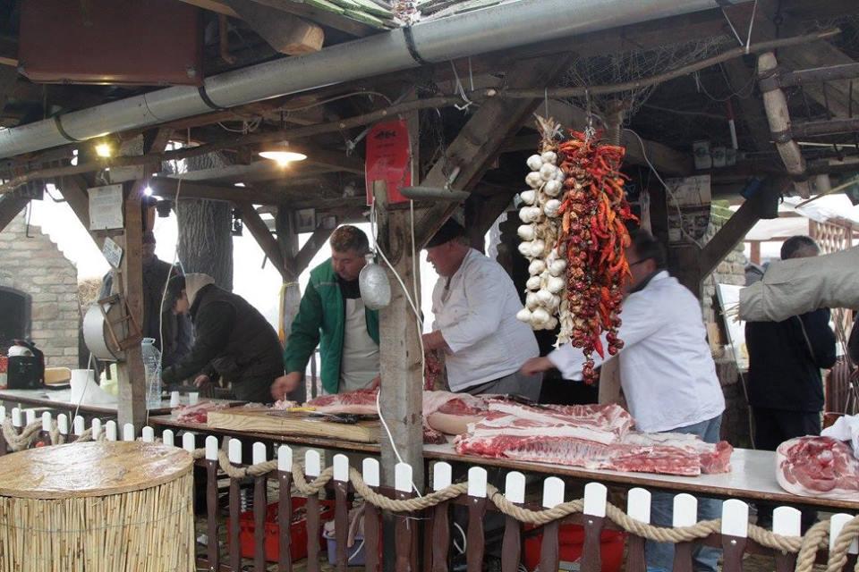 """Uporedo sa takmičenjem u pecanju na obali će se odvijati još jedna manifestacija """"Tradicionalni vojvođanski svinjokolj"""" sa prikazom obrade svinjskog mesa na tradicionalan način i pripremom svinjokoljskih specijaliteta."""
