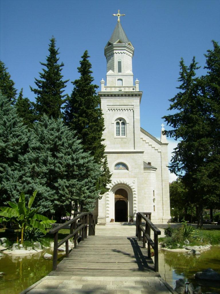 U prelepom parku u neposrednoj blizini je pravoslavna crkva, a u blizini Dom kulture, fontane i još što šta što na prvu privlači pažnju turista./ Foto: Senka Lučić