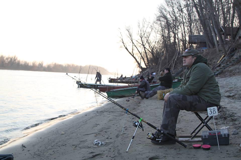 - Zimi kada većina ribolovaca odlaže svoj pecaroški pribor, ovde kod nas zahvaljujući ribi fenomenu naših voda Lota-Lota (lat) ili Manić prava sezona tek počinje i praktično zahvaljujući Maniću nikad se ne prekida. Ima li lepšeg načina za stravstvene ribolovce da zaokruže ribolovačku sezonu? Druženje, razmena iskustava, nova prijateljstva, ribolovačke priče, tradicionalni običaji, tamburaši, trubači, srdačni domaćini… Sve ovo dovoljlno je kao povod za decembarsko okupljanje na obali reke Tise, poručuju organizatori iz Opštine Novi Bečej i Kluba Tisa 63.
