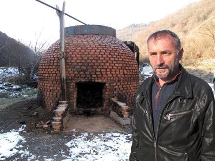 Popović ispred svoje ćumurane u Trgovištu FOTO S. Tasić/OK Radio